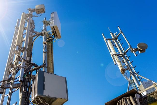 5G-mast med blå himmel i bakgrunden