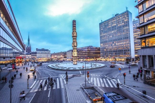 Vy över Sergelstorg i Stockholm och byggnaderna runt omkring