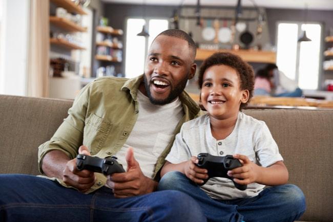 Far och son spelar tv-spel