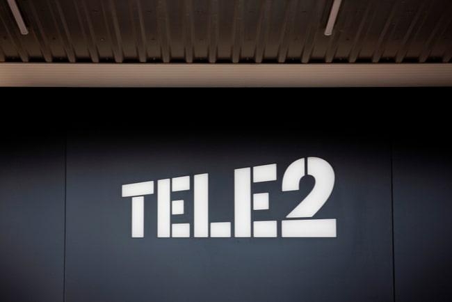 Tele2s vita logga mot svart bakgrund
