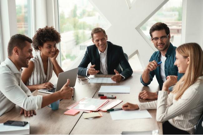 Män och kvinnor i möte på kontor