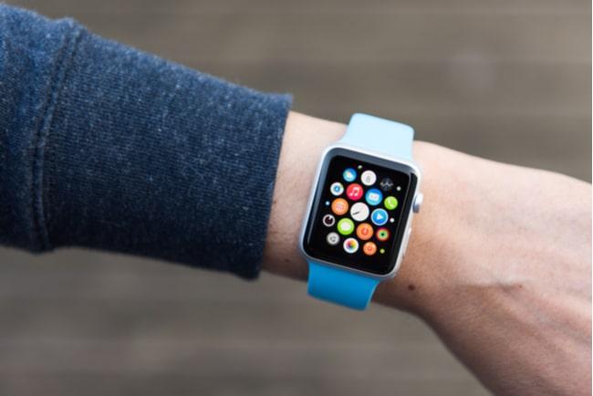 Man med Apple Watch