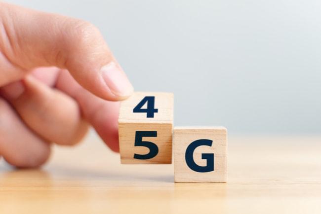 hand vänder tärning för att ändra siffran 4G till 5G