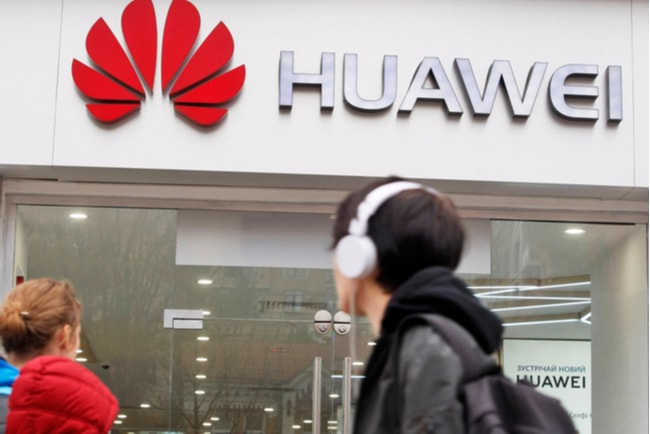 människor går förbi en Huawei-butik
