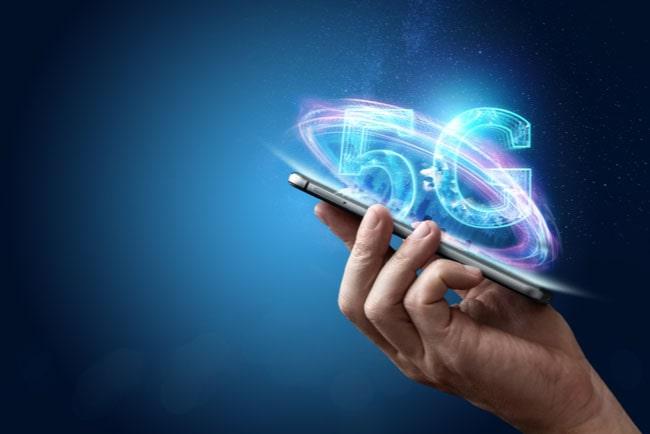 hand håller i mobiltelefon med texten 5G