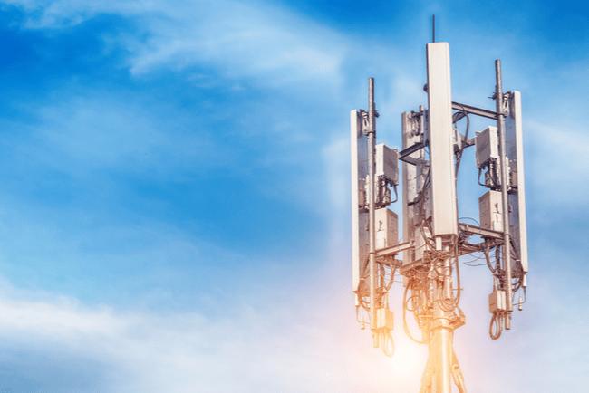 5G-antenn mot en blå himmel