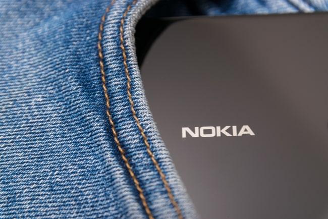 svart nokia smartphone syns i jeansficka