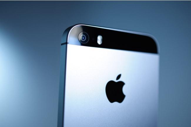 baksidan på den äldre apple iphone se med loggan