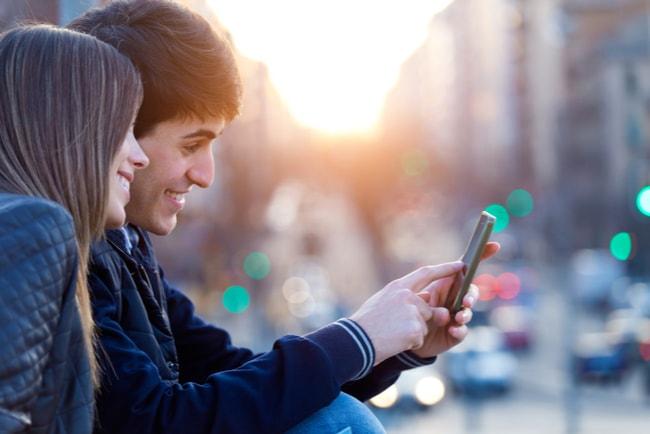 ungt par kollar i mobil