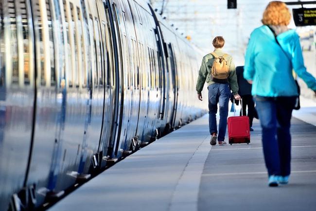 folk vid tågperrong med väskor