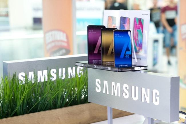 mobiltelefoner på rad i butik