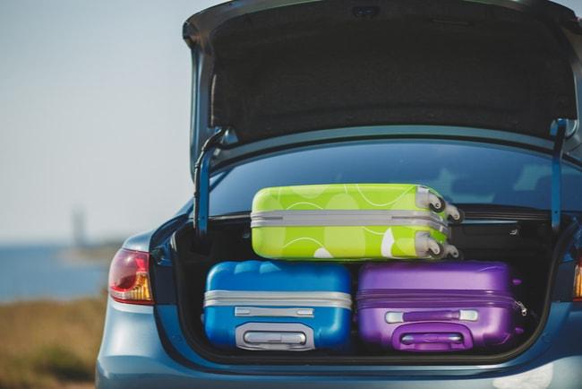bil med resväskor