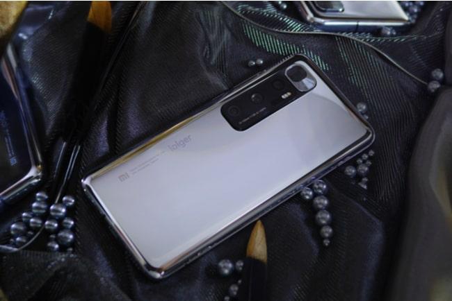 mobil ligger i väska