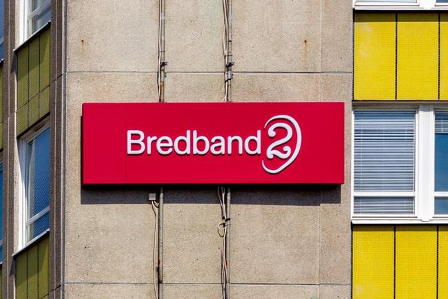 skylt med bredband2:s logotyp på husfasad