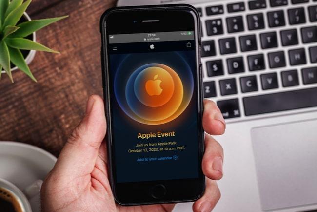 hand håller iphone med en Apple Event-logotyp 2020 på skärmen
