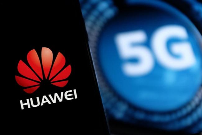 smartphone med huaweis logga och en 5G-symbol i bakgrunden
