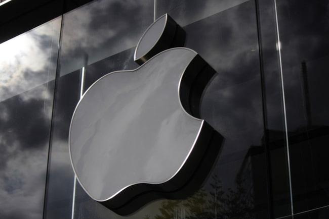 svartvitt foto av apples logga mot husfasad