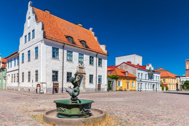 stortorget i centrala kalmar, fontän och staty