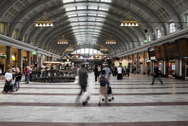 folk som rör sig inne på stockholms centralstation
