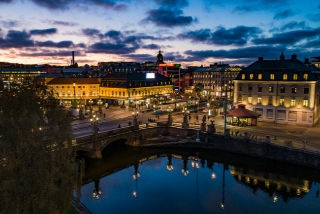 vy över kungsportsplatsen i göteborg kvällstid