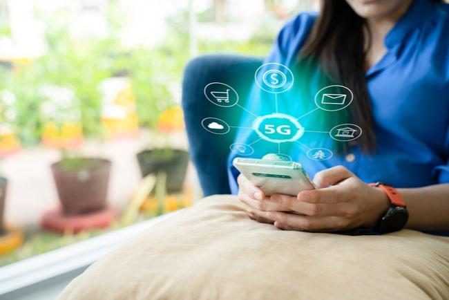 kvinna med mobil, symboler för 5G och mobilfunktioner