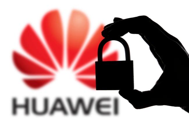 Huaweis logga i bakgrunden och en siluett av en hand som håller i ett hänglås i förgrunden.