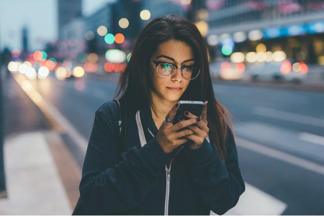 Kvinna surfar på mobiltelefon