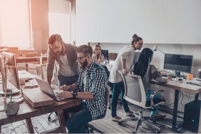 Personer framför datorer på ett företag